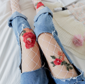 Collants en résille blanche à roses rouges brodées