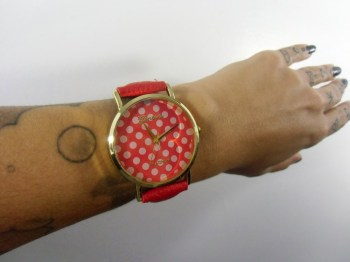 Montre fantaisie originale rouge à pois blancs