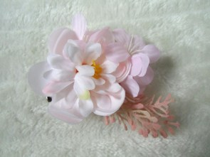 Pince clip à cheveux broche composition florale rose pâle