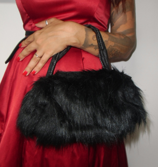 sac main en fausse fourrure poils en moumoute noire. Black Bedroom Furniture Sets. Home Design Ideas