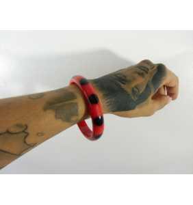 """Bracelet rétro fin en résine rouge à pois noirs """"Dotty thin bangle"""""""